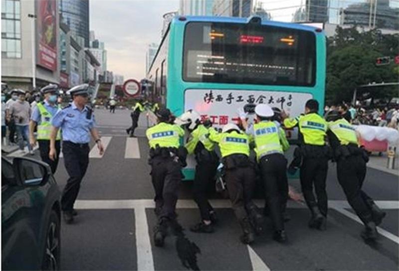 种草一波推车大力神!——警民联手推移故障公交车