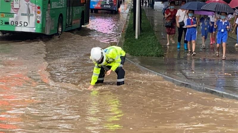 暴雨突袭全力抢险 交警疏导保障交通